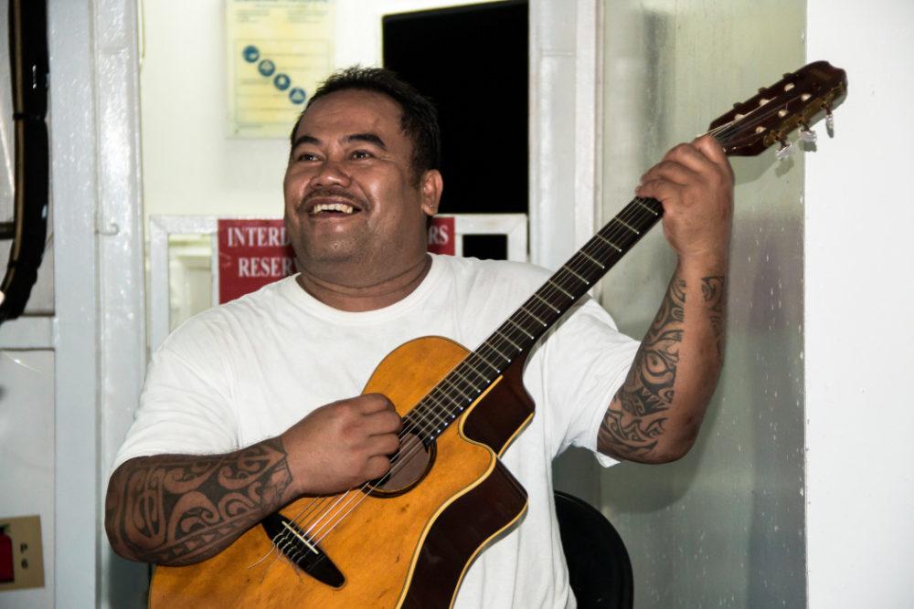 Bewohnerin spielt die Gitarre