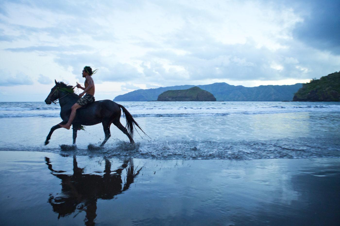 maohi à dos de cheval à la mer