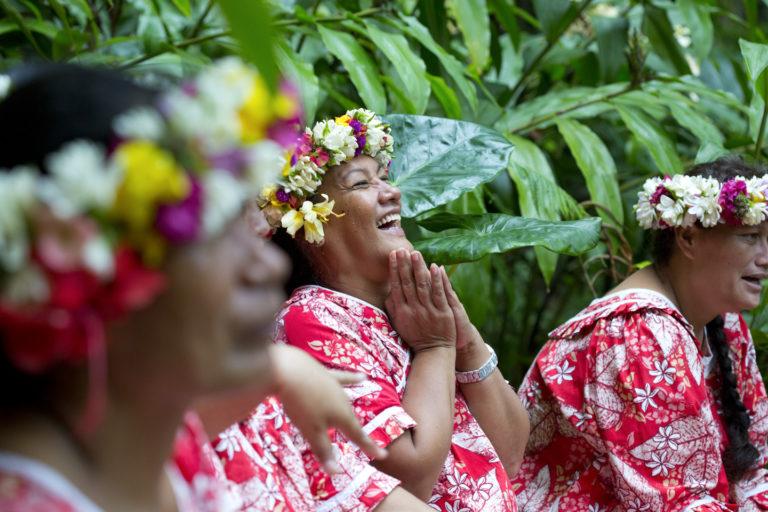 femmes souriantes et couronnes de fleurs iles marquises