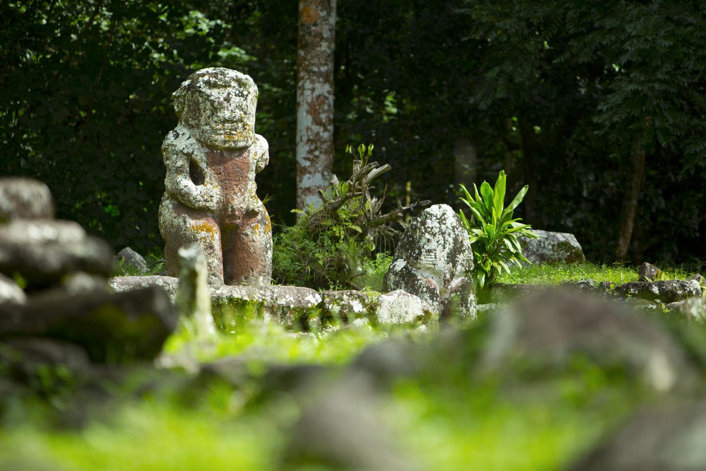 Rücken an Rücken Tikis Marquise Inseln